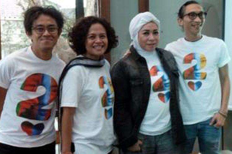 Tim produksi film Ada Apa Dengan Cinta? 2 (AADC? 2) yang terdiri dari (kiri ke kanan) Mira Lesmana, Riri Riza, Melly Goeslaw dan Anto Hoed diabadikan usai syukuran shooting AADC? 2 di Dia.Lo.Gue, Jakarta Selatan, Rabu (21/10/2015) sore.