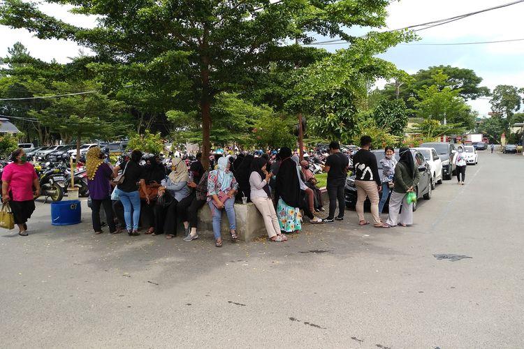 Sejumlah orang tua dan keluarga massa aksi yang diamankan polisi saat unjuk rasa berlangsung rusuh di Medan mendatangi Polda Sumut pada Jumat (9/10/2020). Mereka belum bisa berkomunikasi.