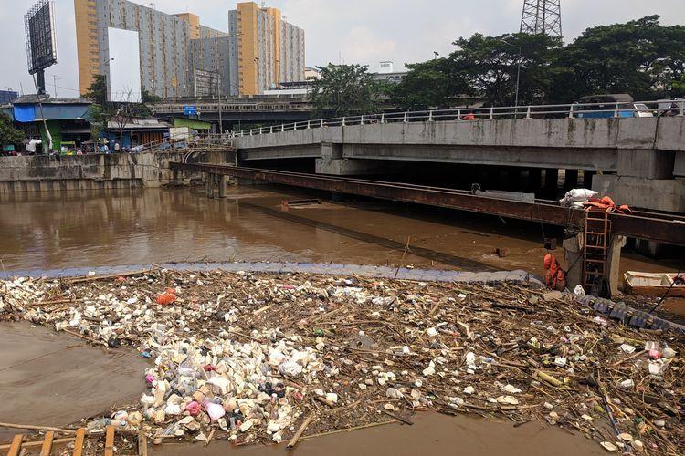 Tumpukan Sampah di Banjir Kanal Barat, depan Mall Season City, Jembatan Besi, Tambora, Jakarta Barat pada Jumat (26/4/2019)