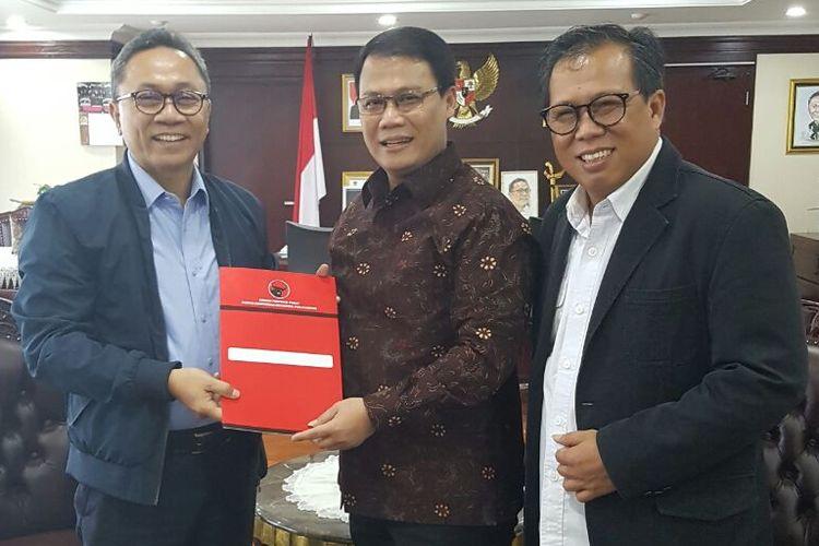 Ketua Fraksi PDI-P MPR Ahmad Basarah dan ketua MPR Zulkifli Hasan di Komplek Parlemen, Senayan, Jakarta, Senin (19/3/2018).