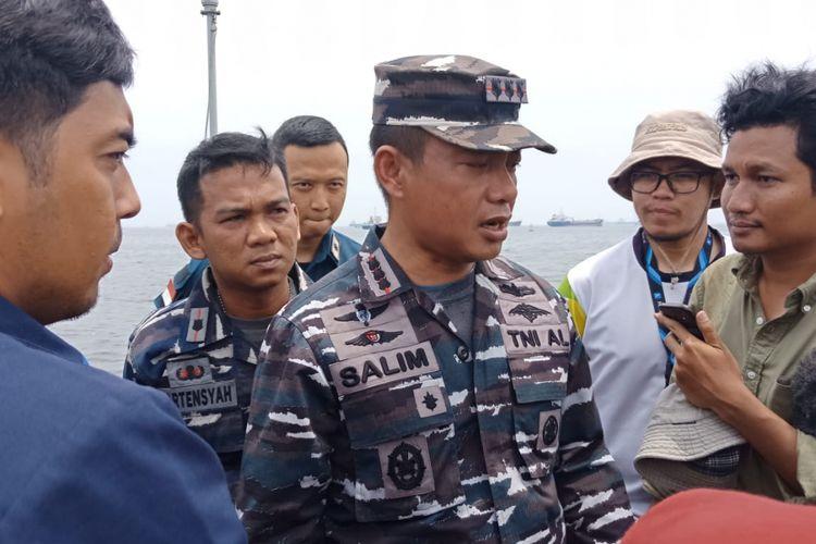 Kolonel Laut (P) Salim Komandan Satuan Kapal Patroli Lantamal III Jakarta di atas KRI Sikuda, yang sedang berlayar menuju perairan Karawang, Jawa Barat, Jumat (2/11/2018).