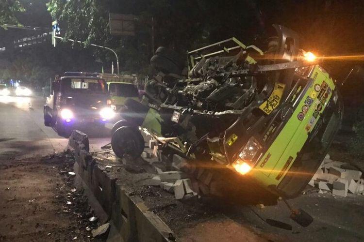 Truk muatan bahan bangunan yang dikemudikan oleh MNA terguling di jalan Raya Alteri Permata Hijau, Kebayoran Lama, Jakarta Selatan, Sabtu (19/6/2021) pagi Kecelakaan itu terjadi karena diduga sopir truk mengantuk hingga kendaraan yang dikemudikan hilang kendali.