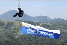 Dies Natalis Ke-37, Aksi Rektor UT Bentangkan Spanduk Besar Saat Paralayang