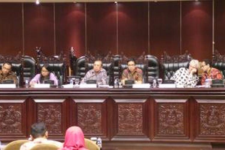 Peneliti dari Power Welfare and Democracy Universitas Gadjah Mada dan University of Oslo memaparkan hasil penelitiannya tentang potret kondisi demokrasi di Indonesia, Selasa (25/2/2014), di Kompleks Parlemen.