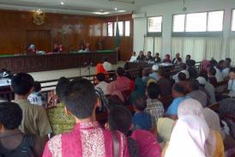 Puluhan pengunjung memadati ruang sidang Tipikor di Pengadilan Negeri Banda Aceh, saat digelar Sidang dengan terdakwa Mantan Rektor Unsyiah, Darni Daud, Jumat (1/12/2013). Sidang kali ini menghadirkan Rektor Unsyiah Samsul RIjal sebagai Saksi Utama.