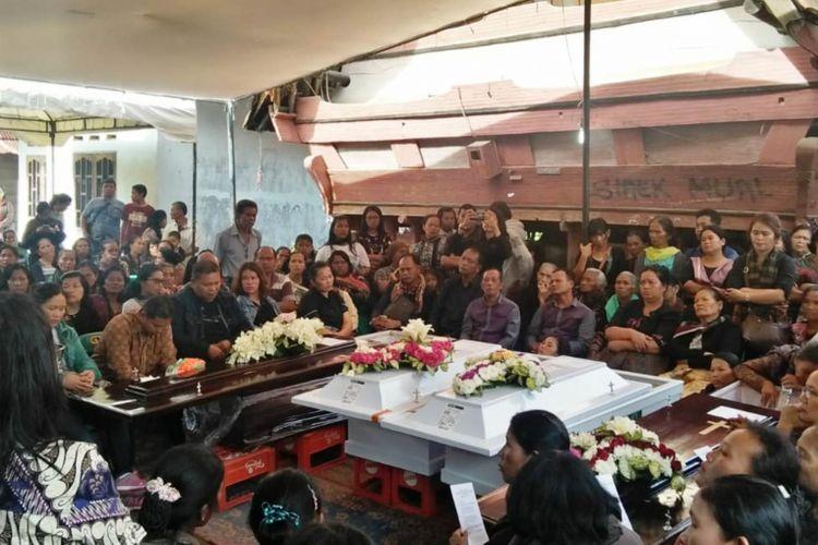 Proses pemakaman jenazah korban pembunuhan anggota satu keluarga di Bekasi di kampung halamannya di Sumatra Utara, Kamis (15/11/2018)