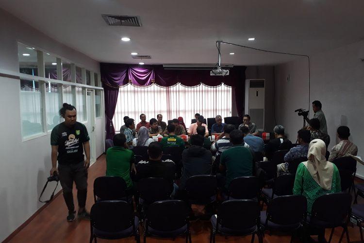 Rapat koordinasi antara Pemkot Surabaya dan Manajemen Persebaya, Rabu (22/1/2020) menghasilkan kesepakatan bahwa klub berjuluk Bajul Ijo itu tetap bisa bermain di Kota Pahlawan pada ajang Liga 1 musim 2020.
