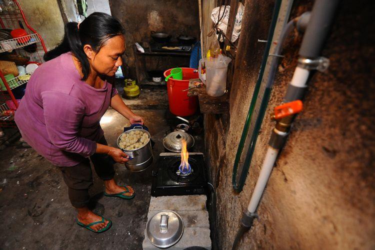 Warga menyalakan kompor biogas untuk digunakan memasak di Urutsewu, Ampel, Boyolali, Jawa Tengah, Kamis (10/5/2018). Di desa tersebut, sejak tahun 2007, sebuah inovasi bahan bakar gas buatan dari kotoran sapi terus dikembangkan yaitu biogas sapi, yang kini kini telah dibangun sebanyak 40 instalasi digester yang dapat disalurkan ke 100 kepala keluarga.