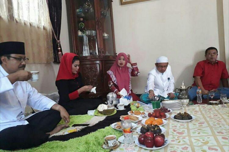 Pasangan calon Gubernur dan Wakil Gubernur Jawa Timur Saifullah Yusuf-Puti Guntur Soekarno di Pondok Pesantren Syaichona Cholil untuk meminta restu para kyai dalam Pilkada Jawa Timur, Sabtu (20/1/2018).