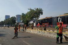 Massa Buruh Tinggalkan Kawasan DPR, Petugas PPSU Bersih-bersih Sampah