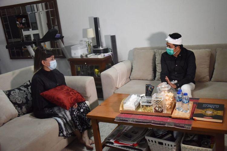 Anggota DPR Dedi Mulyadi saat mengunjungi rumah Dewi Firdauz, ibu yang digugat anaknya karena mobil Fortuner, di Semarang, Jawa Tengah, Jumat (22/1/2021). (handout)