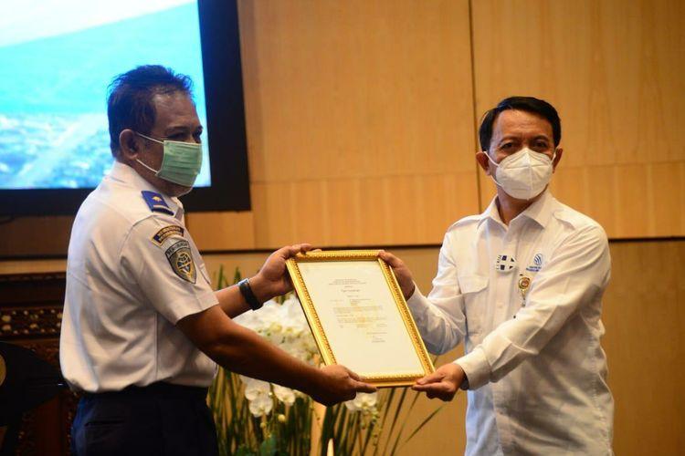 Penyerahan Sertifikat Kepada PT Dirgantara Indonesia