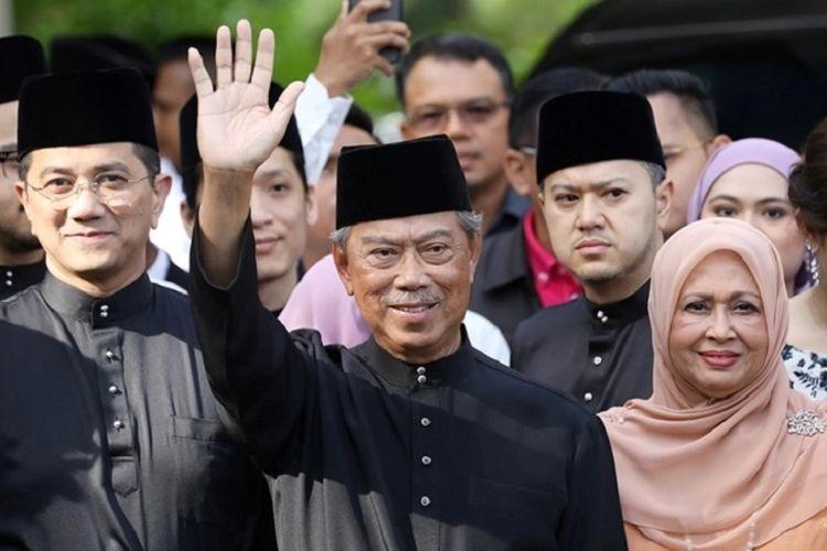 Perdana Menteri Malaysia Muhyiddin Yassin melambaikan tangan di depan kediamannya sesaat sebelum menuju ke Istana Negara untuk dilantik sebagai Perdana Menteri ke-8 Malaysia, Minggu pagi (01/03/2020)