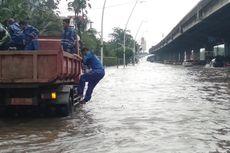 Banjir Tutupi Jalan Depan Gedung Gudang Garam, Lalu Lintas Macet Total