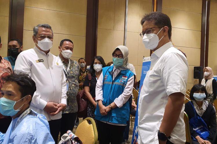 Menteri Kesehatan RI Budi Gunadi Sadikin bersama Wali Kota Tangerang Selatan Benyamin Davnie saat meninjau pelaksaan vaksinasi di wilayah Tangerang Selatan, Rabu (2/5/2021).