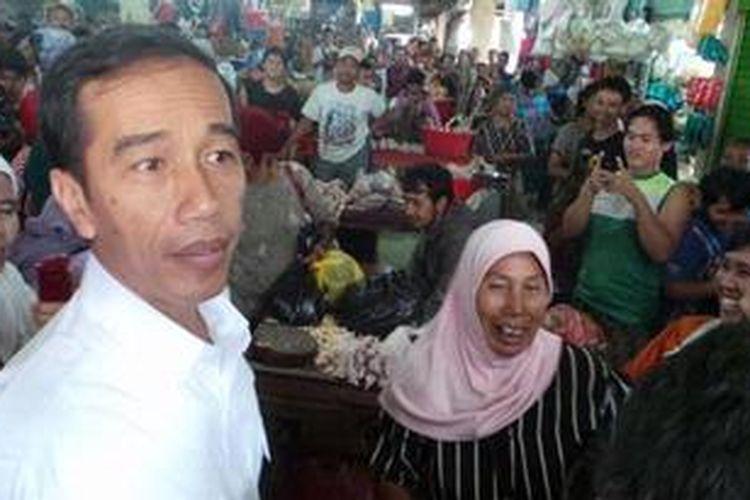 Gubernur DKI Jakarta Joko Widodo mengunjungi pedagang Pasar Minggu, Jakarta Selatan, Kamis (9/5/2013).