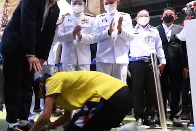 Atlet taekwondo putri asal Thailand, Panipak Wongpattanakit, menyerahkan medali emas Olimpiade Tokyo 2020 kepada sang ayah di bandara Phuket, Thailand.