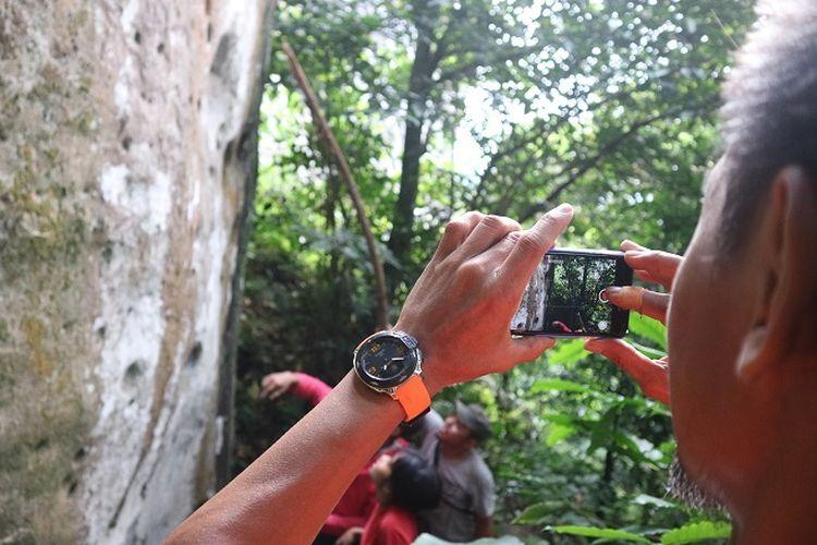 Anggota organisasi Mahasiswa Pencinta Alam Universitas Indonesia (Mapala UI) sedang mendokumentasikan kegiatan panjat tebing di Gunung Bongkok, Desa Sukamulya, Kecamatan Tegal Waru, Kabupaten Purwakarta, Jawa Barat, Minggu (14/4/2019). Gunung Bongkok merupakan salah satu titik wisata panjat tebing di Jawa Barat.