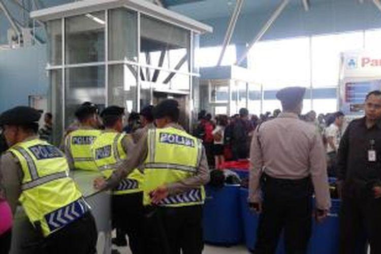 Sejumlah personel polisi dari Polda Metro Jaya dan Polresta Bandara Soekarno-Hatta mengamankan tempat penumpang maskapai Lion Air melakukan refund di Terminal 3 Bandara Soekarno-Hatta, Jumat (20/2/2015).