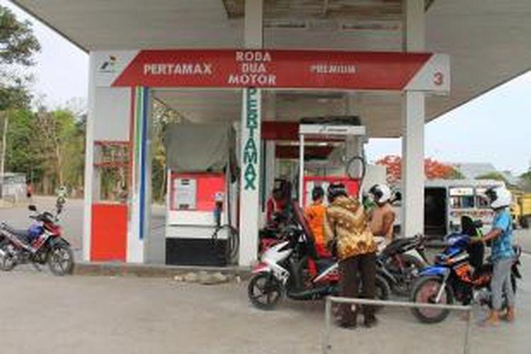 Warga Kefamenanu, sedang antre mengisi premium. Warga  enggan membeli pertamax karena harganya masih mahal yakni per liternya Rp 12.950.