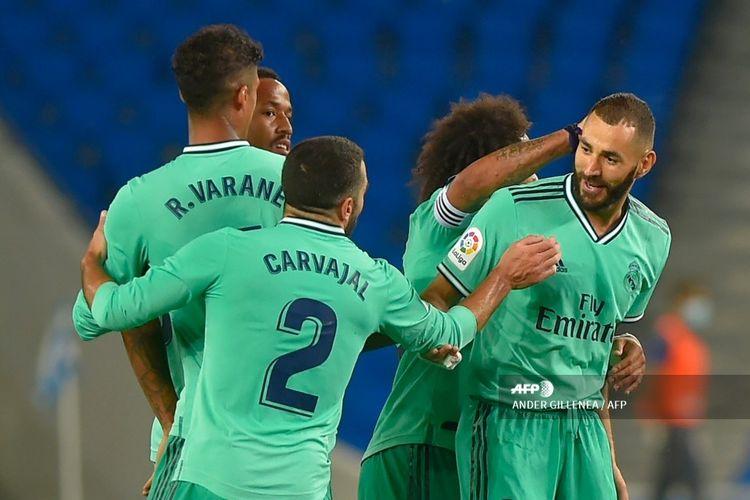 Karim Benzema (kanan) merayakan gol bersama rekan satu timnya pada laga Real Sociedad vs Real Madrid di Stadion Reale Arena dalam lanutan pekan ke-30 LaLiga, kasta teratas Liga Spanyol, Minggu 21 Juni 2020.