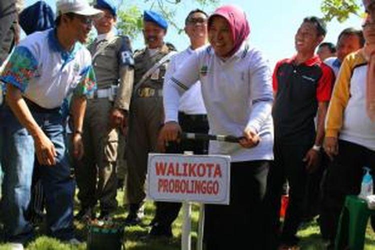 Pembuatan biopori di Kota Probolinggo, Jawa Timur, memecahkan rekor MURI dengan peserta terbanyak 15.000 peserta.
