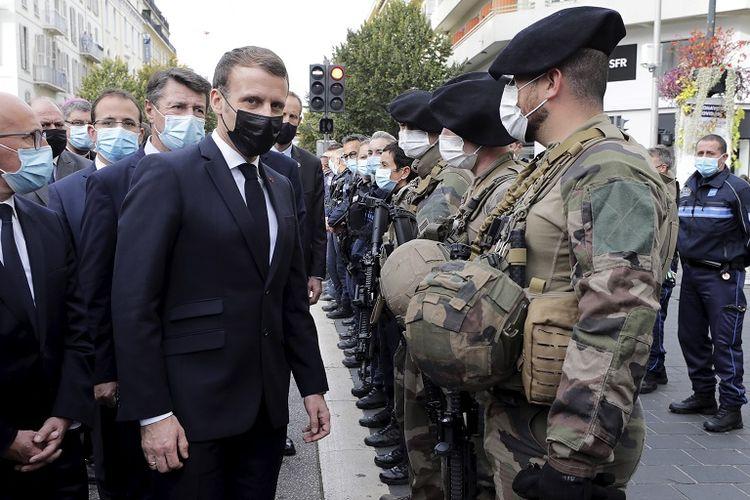 Presiden Perancis Emmanuel Macron (tengah, bermasker hitam) menemui tentara setelah serangan pisau di gereja Notre-Dame di Nice, Perancis selatan, Kamis, 29 Oktober 2020.