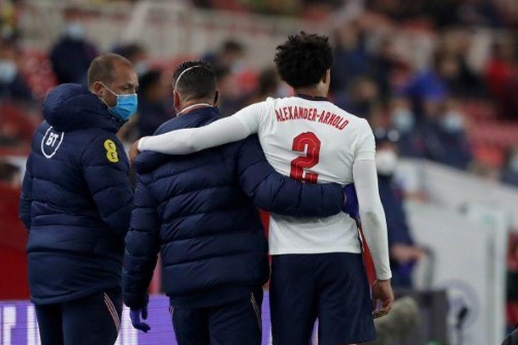Trent Alexander-Arnold mengalami cedera paha kiri pada laga uji coba Inggris vs Austria di Stadion Riverside, 2 Juni 2021.