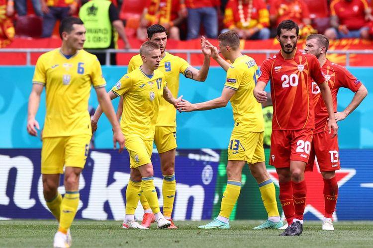 Roman Yaremchuk (tengah, nomor 9) merayakan gol bersama rekan setimnya dalam pertandingan Grup C Euro 2020 Ukraina vs Makedonia Utara di National Arena, Kamis (17/6/2021) malam WIB.