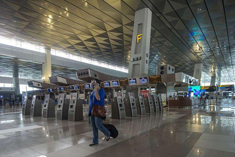 Calon penumpang pesawat berjalan di Terminal 3 Bandara Internasional Soekarno-Hatta,Tangerang, Banten, Kamis (9/7/2020). Meski penerbangan telah kembali dibuka dengan persyaratan  seperti penumpang harus dengan memiliki hasil rapid atau PCR test negatif COVID-19, suasana di Bandara Soekarno Hatta masih terpantau sepi