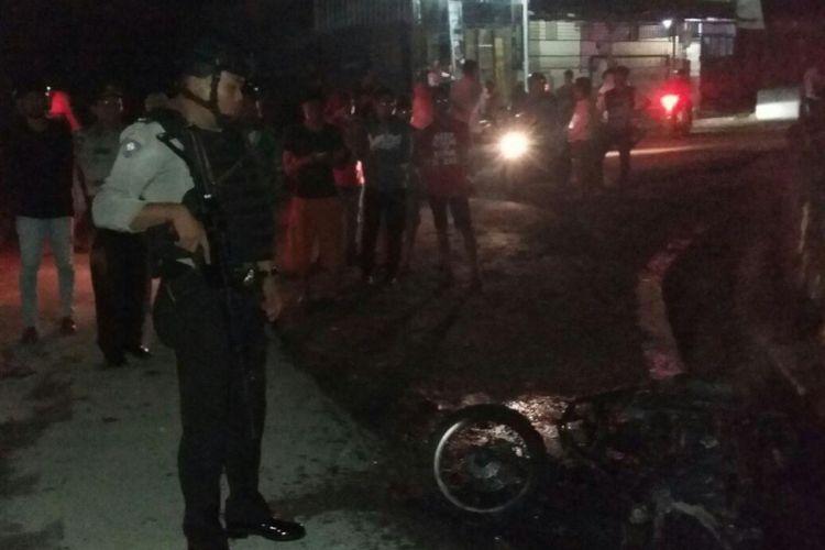 Gara-gara mengganggu cewek dengan cara diludahi, sepeda motor Honda Beat yang digunakan pelaku dibakar sekelompok pemuda, Rabu (13/12/2017). (Dok.Polisi)
