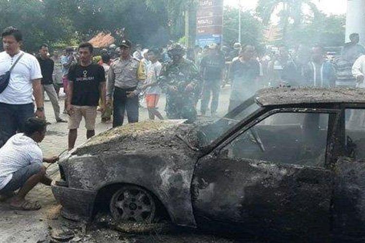 Kondisi mobil sedan Mazda yang hangus terbakar di SPBU Sotaber, Kecamatan Pasean, Kabupaten Pamekasan, Madura, Rabu (22/7/2020) .