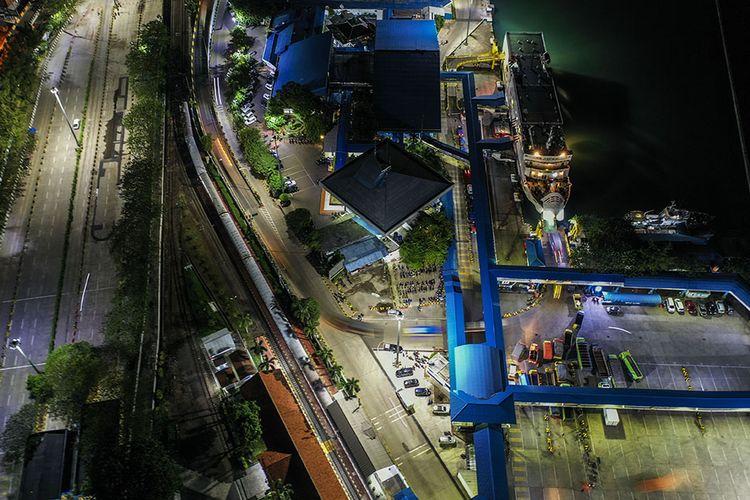 Foto aerial kendaraan logistik tujuan Sumatera antre memasuki kapal di Pelabuhan Merak Banten, Kamis (21/5/2020) malam. Menjelang Hari Raya Idul Fitri 1441 H, arus penyeberangan penumpang di Pelabuhan Merak mengalami penurunan penumpang hingga 98,3 persen jika dibandingkan periode yang sama pada tahun lalu dikarenakan adanya aturan larangan mudik dari pemerintah demi mencegah penyebaran pandemi COVID-19.