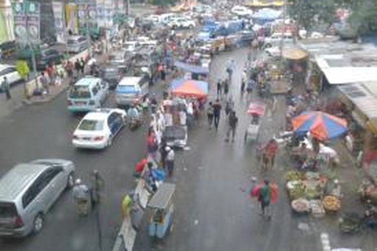 Kawasan Jalan Kebon Jati, Tanah Abang, Jakarta Pusat yang kembali semrawut, Senin (22/7/2013) sore. Jelang sore, jalan yang dari sejak pagi steril dari PKL ini, kembali dipenuhi PKL dan parkir liar