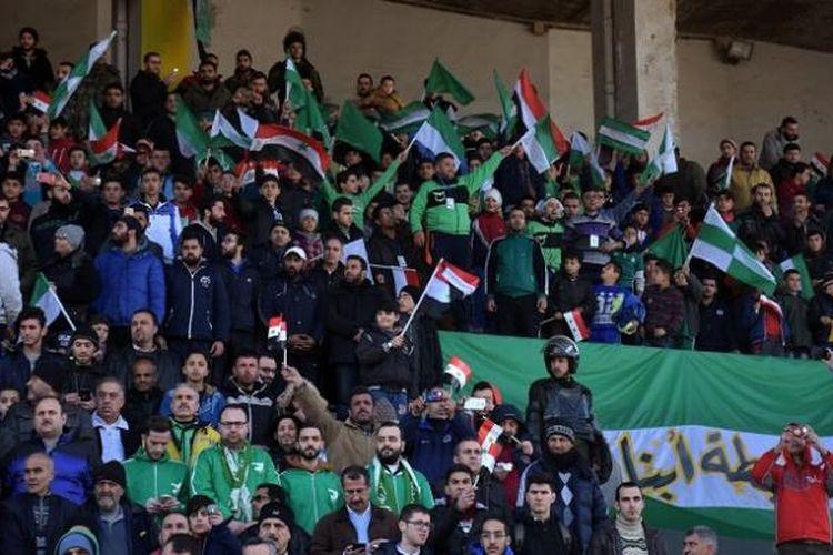 Para penonton memenuhi tribune stadion saat Al Ittihad dan Al Hurriya bertanding di Aleppo untuk yang kali pertama dalam lima tahun terakhir.