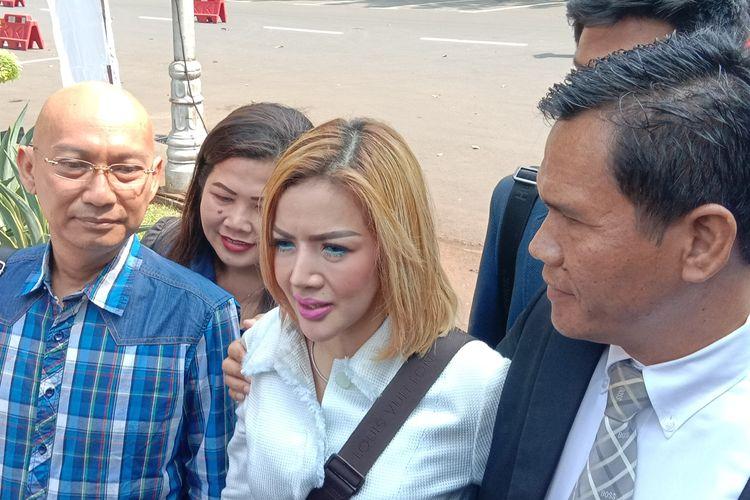 Barbie Kumalasari tiba di Polda Metro Jaya, Jakarta Pusat, Rabu (10/7/2019). Barbie menjalani pemeriksaan sebagai saksi atas kasus konten bermuatan asusila ikan asin yang menjerat suaminya, Galih Ginanjar.
