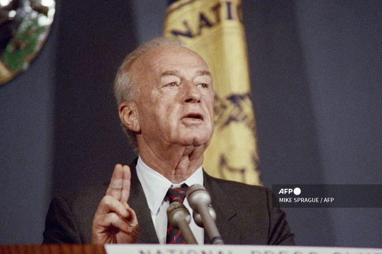 Menteri Pertahanan Israel Yitzhak Rabin berpidato di acara makan siang National Press Club pada tanggal 29 Juni 1988.