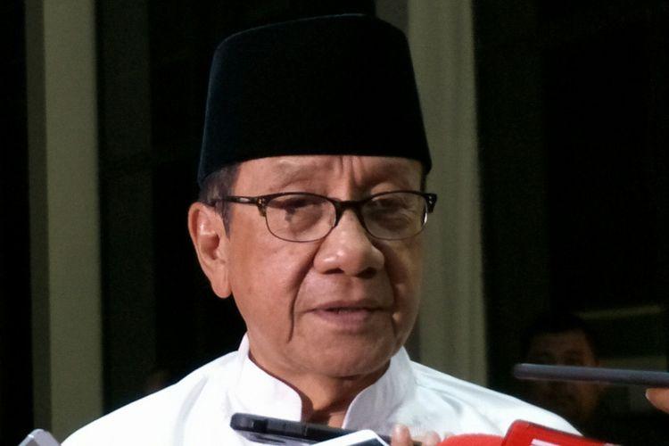 Wakil Ketua Dewan Kehormatan Partai Golkar Akbar Tanjung di Kantor DPP Golkar, Slipi, Jakarta, Rabu (28/2/2018)