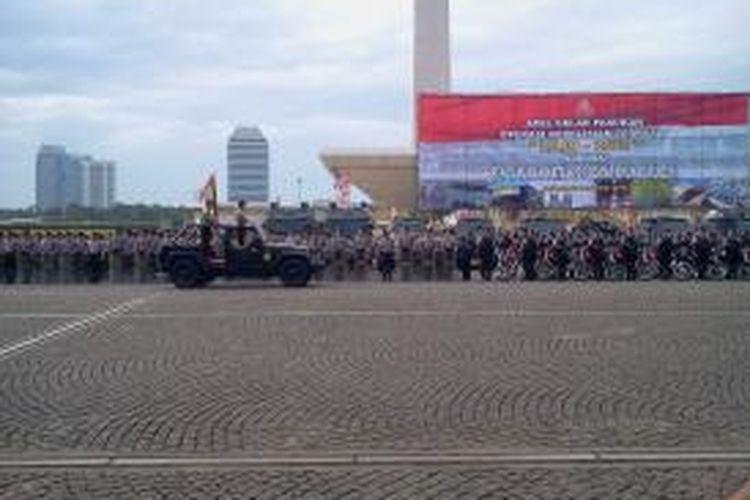 Kapolri Jenderal Pol Sutarman melakukan devile pengecekan pasukan di Lapangan Monas, Jumat (20/12/2013). Pengecekan tersebut dilakukan dalam rangka apel Gelar Pasukan Operasi Kepolisian Terpusat Lilin 2013.