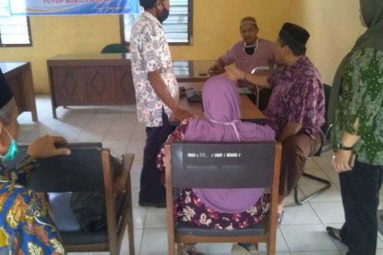 Sujinah (duduk berkerudung) beserta saudaranya ditemui pengurusKUD Plongkowati Baratsaat menagih uang tabungannya senilai Rp 165 juta ke KUD Plongkowati Barat, Desa Bugel, Kecamatan Godong, Kabupaten Grobogan, Jawa Tengah, Selasa (24/11/2020).