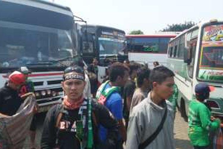Selasa (2/8/2016), ratusan pendukung Persebaya Surabaya, Bonek tiba di Stadion Tugu, Jakarta Utara