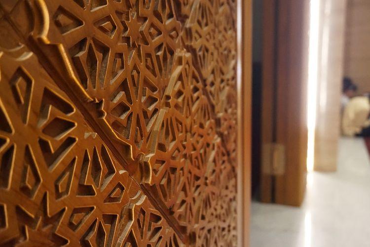 Meski berkonsep modern, sentuhan tradisonal tak dilupakan. Her menempatkan detail ukiran motif batik truntum pada panel pintu masjid.