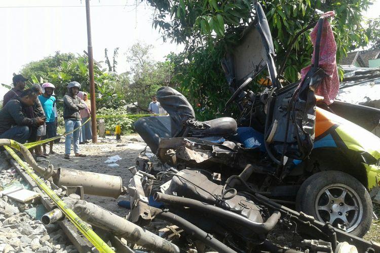 Bangkai mobil pickup yang ditumpangi pasutri hancur setelah tertabrak kereta api di Dukuh Dempul RT 019, Kelurahan Ngembatpadas, Kecamatan Gemolong, Sragen, Jawa Tengah, Senin (7/5/2018).