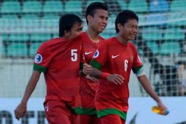 Kesedihan pemain Tim Nasional Indonesia, Muhammad Fatchu Rochman, Muhammad Sahrul Kurniawan, dan Evan Dimas Darmono (kiri ke kanan) setelah dikalahkan Australia dalam turnamen Piala AFC U-19 di Stadion Thuwunna, Yangon, Minggu (12/10/2014).