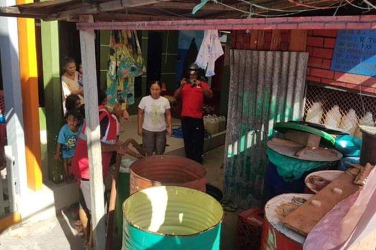 Warga di kawasan Galunggung Kecamatan Sirimau Ambon mendapat bantuan pasokan air bersih dari PMI Cabang Ambon, Selasa (11/2/2020). Krisis air bersih di Kota AMbon terjadi dalam beberapa pekan terakhir setelah terjadinya musim kemarau panjang di wilayah tersebut