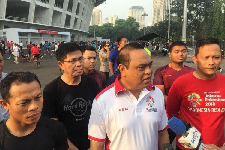 Wakapolri Komjen Pol Syafruddin tampak melakukan jalan sehat di kawasan stadion Gelora Bung Karno, Minggu (15/4/2018).