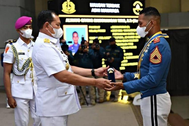 Kepala Staf Angkatan Laut (KSAL) Laksamana TNI Yudo Margono menganugerahi gelar Adhi Makayasa kepada lulusan terbaik Akademi Angkatan Laut (AAL) Angkatan ke-66 tahun 2021 asal Papua, Sermatutar (P) Always Giving Hamonangan Tiris.