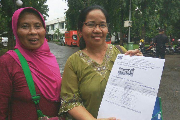 Ibu Sumiyati ditemani rekannya ingin mengikuti kursus jahit busana gratis di PPKPI.