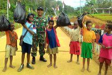 Berjalan Tiga Kilometer, Anak-anak Punguti Sampah di Jalan Trans Papua