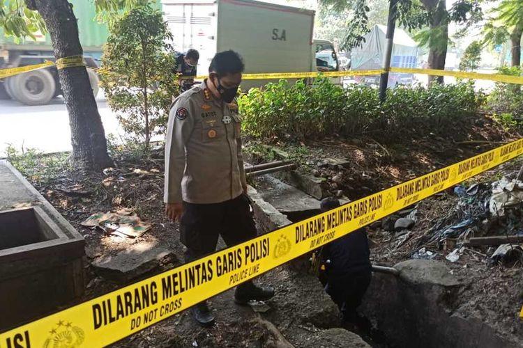 Polisi olah TKP ledakan di taman SPBU Margomulyo Surabaya, Selasa (26/1/2021).
